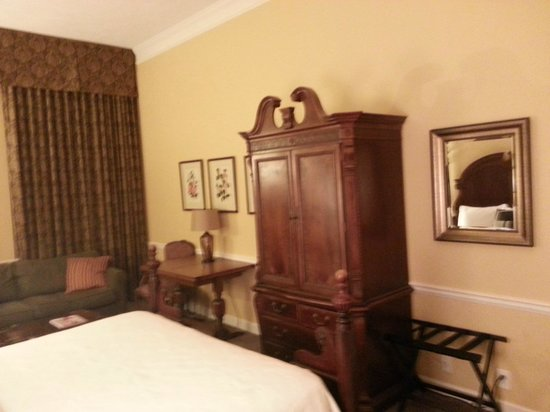 Governors Inn: Nice armoire with TV inside.