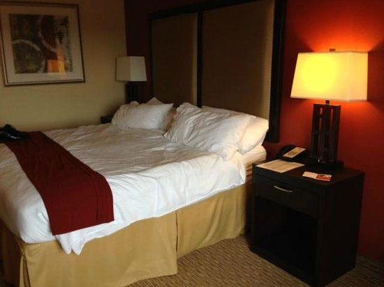 Holiday Inn Express Hotel & Suites Nashville - Opryland: King Size Bed, pillows labeled soft/firm