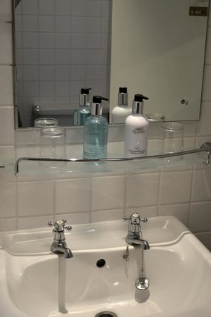 Lamb Hotel: bathroom 2