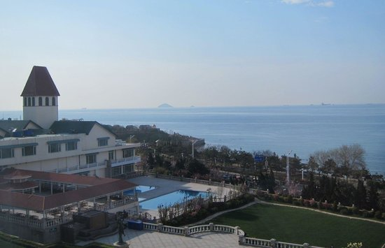 Seaview Garden Hotel: View from room towards the club building, swimming pool and the sea