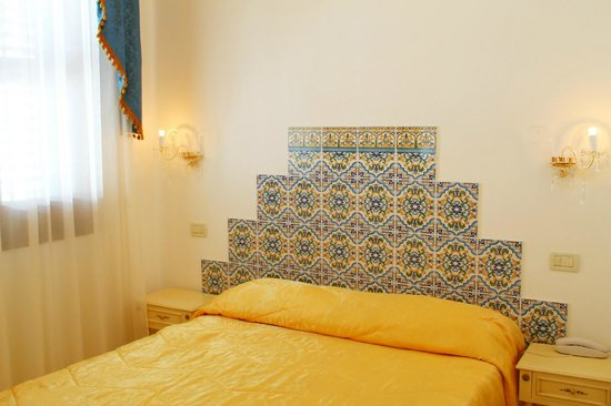 Camera french bed picture of araba fenice hotel san for What is a french bed in a hotel