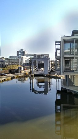 Staycity Serviced Apartments West End: Looking down the canal from the balcony