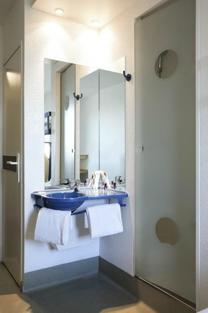 salle de bains picture of ibis budget orly chevilly tram 7 chevilly larue tripadvisor. Black Bedroom Furniture Sets. Home Design Ideas