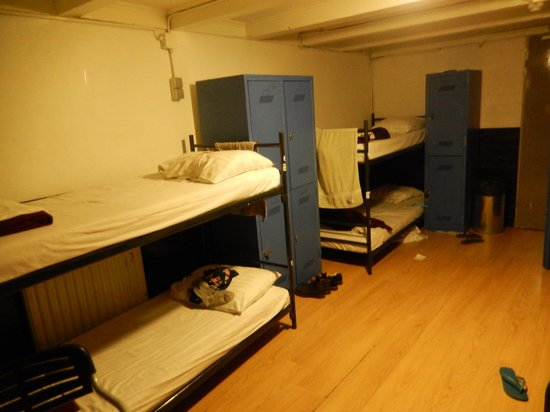 Hotel Croydon: 8-beds room with big lockers and a considerable room space