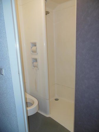 Toilette et douche trop proches picture of ibis budget for Decoration douche et toilette