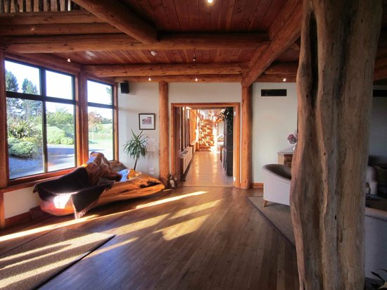 Fiordland Lodge: Natural timbers