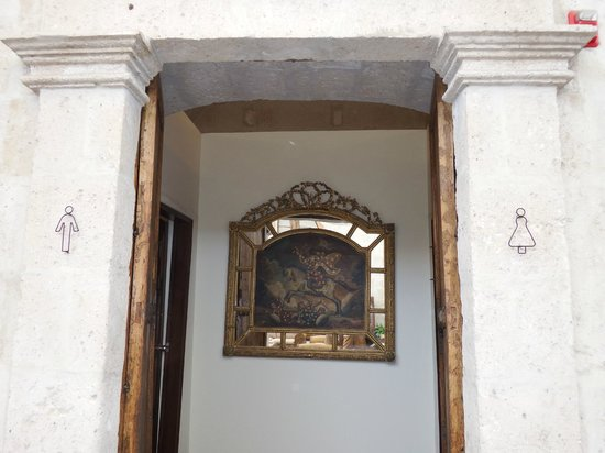 Casa Andina Private Collection Arequipa: Posh loo entrance in the lobby