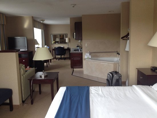 Holiday Inn Express Hotel & Suites Cincinnati: Another view (with the tub)