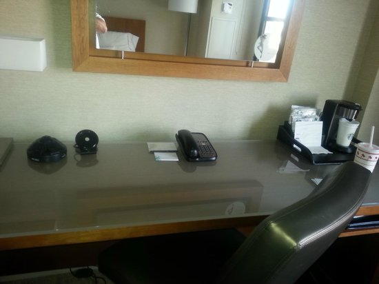 The Westin San Diego Gaslamp Quarter: Desk and connections