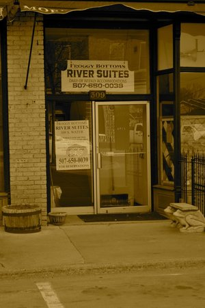 Froggy Bottoms River Suites