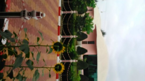 Rose Valley Manadarmoni Beach Resort: Outside view in the morning