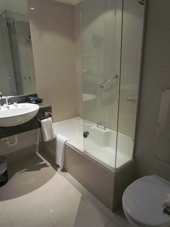 Rydges Melbourne Hotel: Small but modern bathroom, great shower