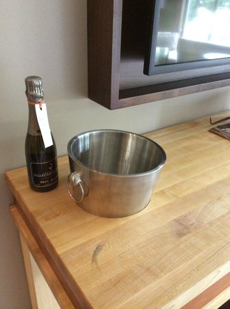 Epicurean Hotel: Champagne and bucket
