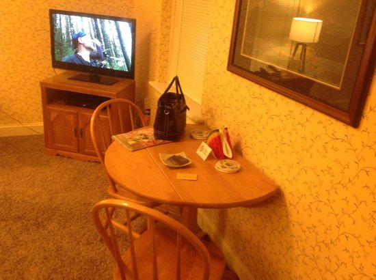 James Gettys Hotel: dinette and TV
