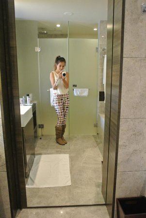 lvl 20 superior room bathroom full length mirror picture of crowne plaza hong kong kowloon. Black Bedroom Furniture Sets. Home Design Ideas