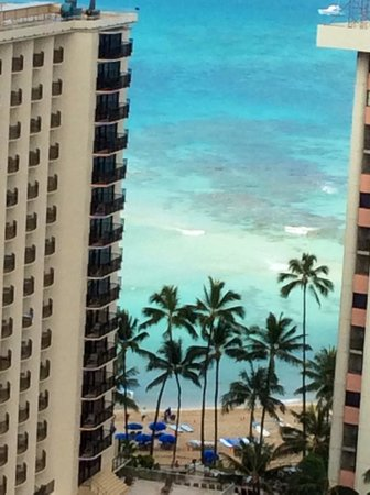 Holiday Inn Resort Waikiki Beachcomber: View from room across the road to beach