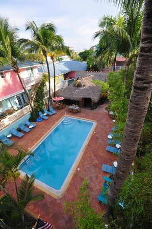 Lighthouse Resort Inn And Suites: Main Pool and Tiki Bar from 3rd floor balcony