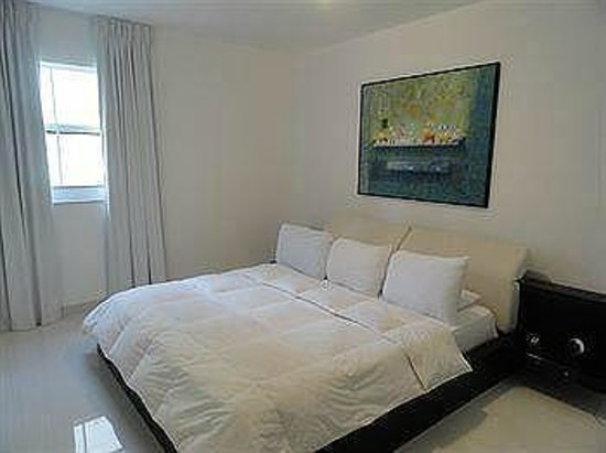 Fortune House Luxury Apartment Suites: Dormitorio principal y con walkin closet