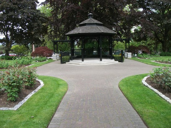 Rose garden picture of queen 39 s park new westminster for Garden design queens park