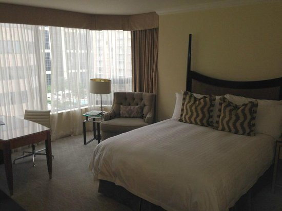 Four Seasons Hotel Houston: View of the room