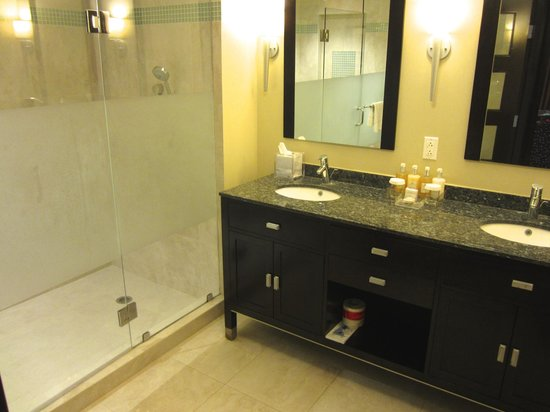 Ocean Two Resort & Residences: Our spectacular bathroom