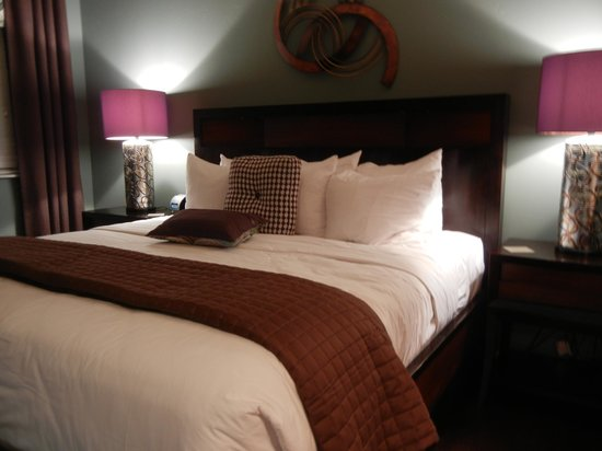 The Tavern Hotel: King size bed