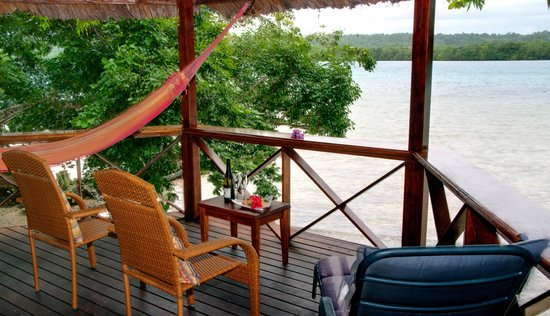 Oyster Island Resort: Deluxe bamboo bungalow deck area