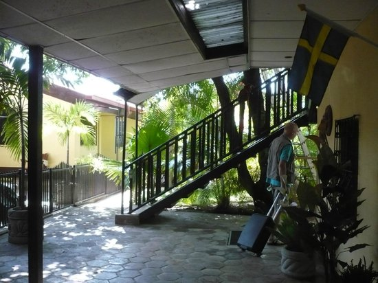 Charly's Bar, Restaurant & Guesthouse: Cozy backyard