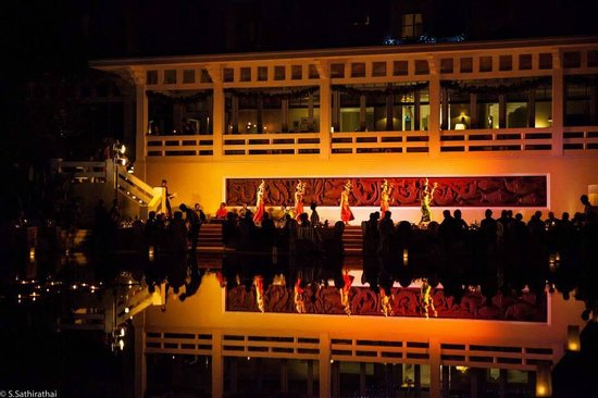 Raffles Grand Hotel d'Angkor: Christmas eve performance by the pool