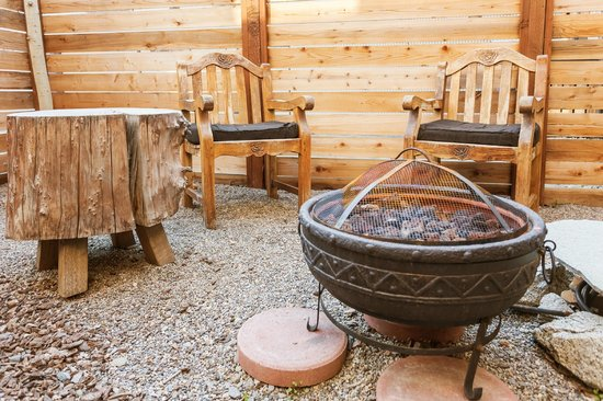 968 Park Hotel: The fire pit at the Garden Suite