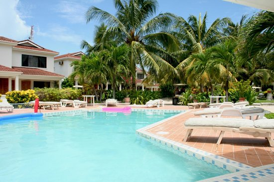 Paradise Villas: Pool and BBQ Area