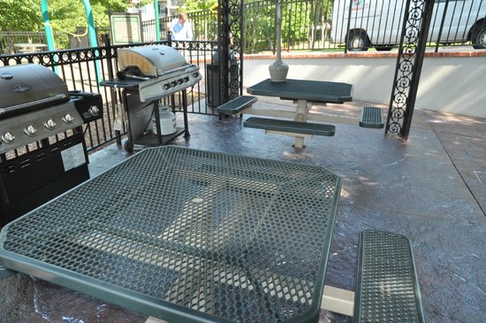 French Quarter Resort: Gas grills and tables