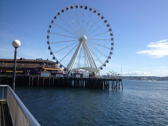Four Seasons Hotel Seattle: on the water front 2 mins from hotel