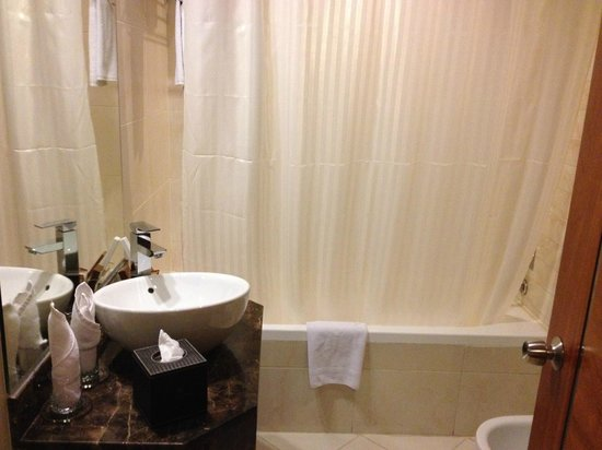 Landmark Hotel: Bathroom