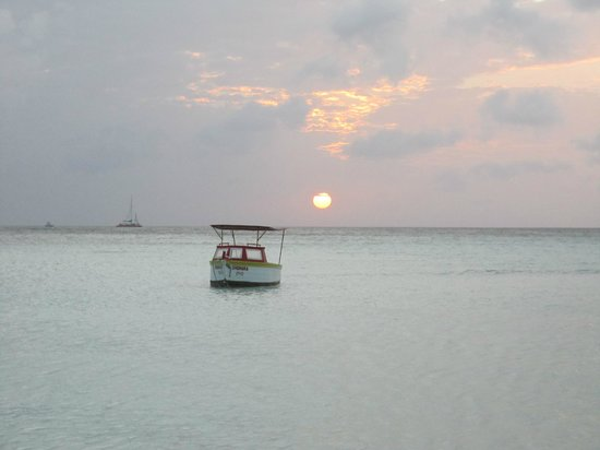 Holiday Inn Resort Aruba - Beach Resort & Casino: Picture from the beach of an anchored boat