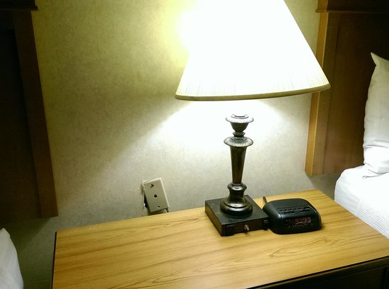 BEST WESTERN PLUS InnSuites Ontario Airport E Hotel & Suites: THATS A LIGHT THAT FLICKERED BADLY