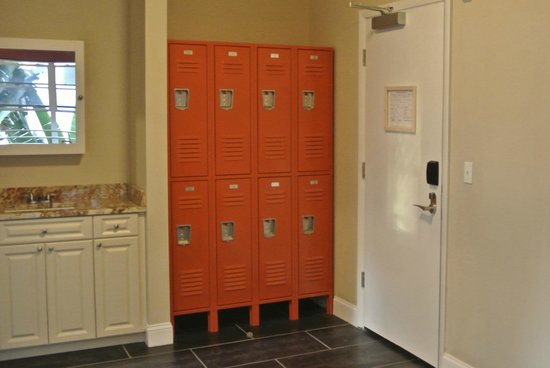 Lockers in all dorms picture of beds n 39 drinks miami for Beds n drinks