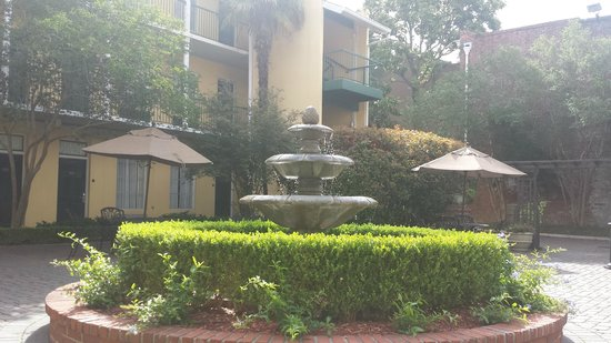 Quality Inn & Suites Maison St. Charles: Courtyard where we ate breakfast