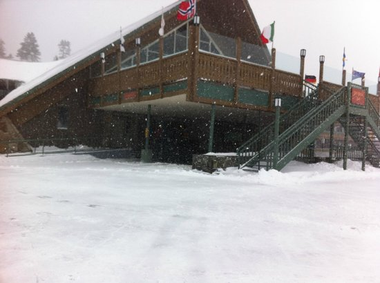 Mammoth Mountain Inn: Looking at the MMI from the parking lot