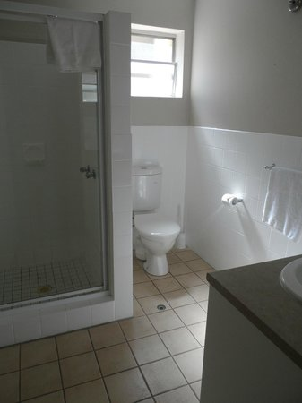 Paramount Motel and Serviced Apartments: Ensuite bathroom