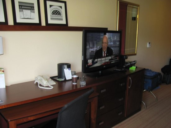 Courtyard by Marriott Dulles Town Center: Desk and entertainment center