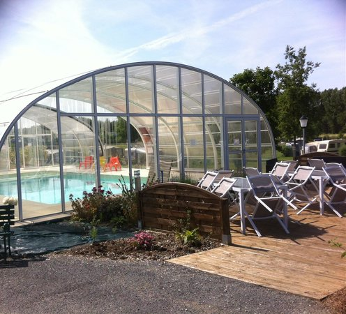 Terrasse et piscine couverte picture of camping du bord for Camping morbihan piscine couverte