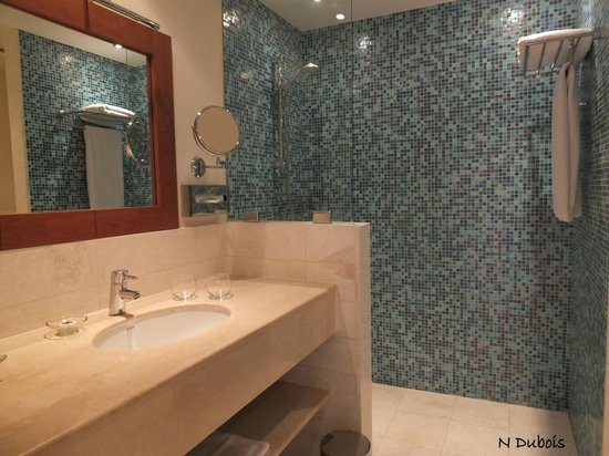 Salle de bain moderne avec douche italienne photo de sifawy boutique hotel as sifah tripadvisor for Photo salle de bain douche italienne