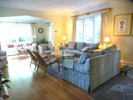Rosehill Bed and Breakfast: The downstairs rooms are sunny and spacious.