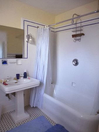 Rosehill Bed and Breakfast: The bathrooms have original fixtures.