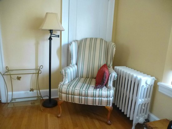 Rosehill Bed and Breakfast: A cozy seating area in one of the bedrooms.
