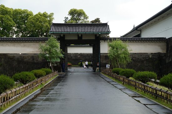 Eastern Gardens Gateway - Picture of The East Gardens of the Imperial Palace ...