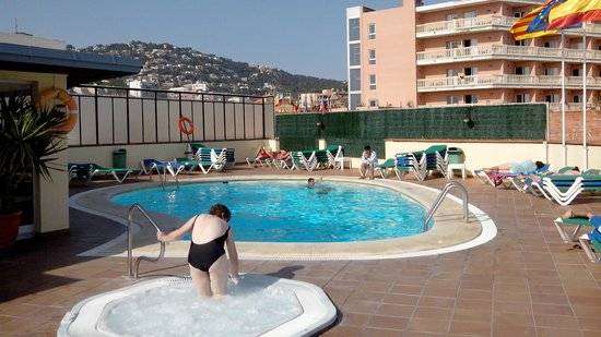 la piscine sur le toit picture of santa rosa lloret de mar tripadvisor. Black Bedroom Furniture Sets. Home Design Ideas