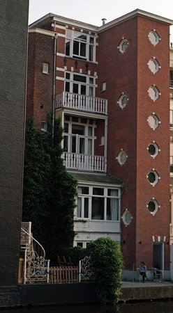 The Amsterdam Canal Hotel: Small Roundish Windows are Canal View Rooms