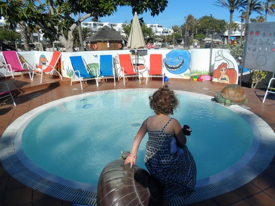 The baby splash pool picture of h10 lanzarote gardens for Baby garden pool